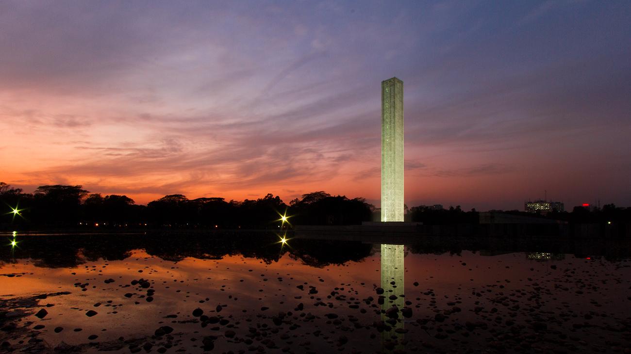 Monumento da Independência e Museu da Guerra de Libertação, em Dhaka, Bangladesh, com projeto de Marina Tabassum.