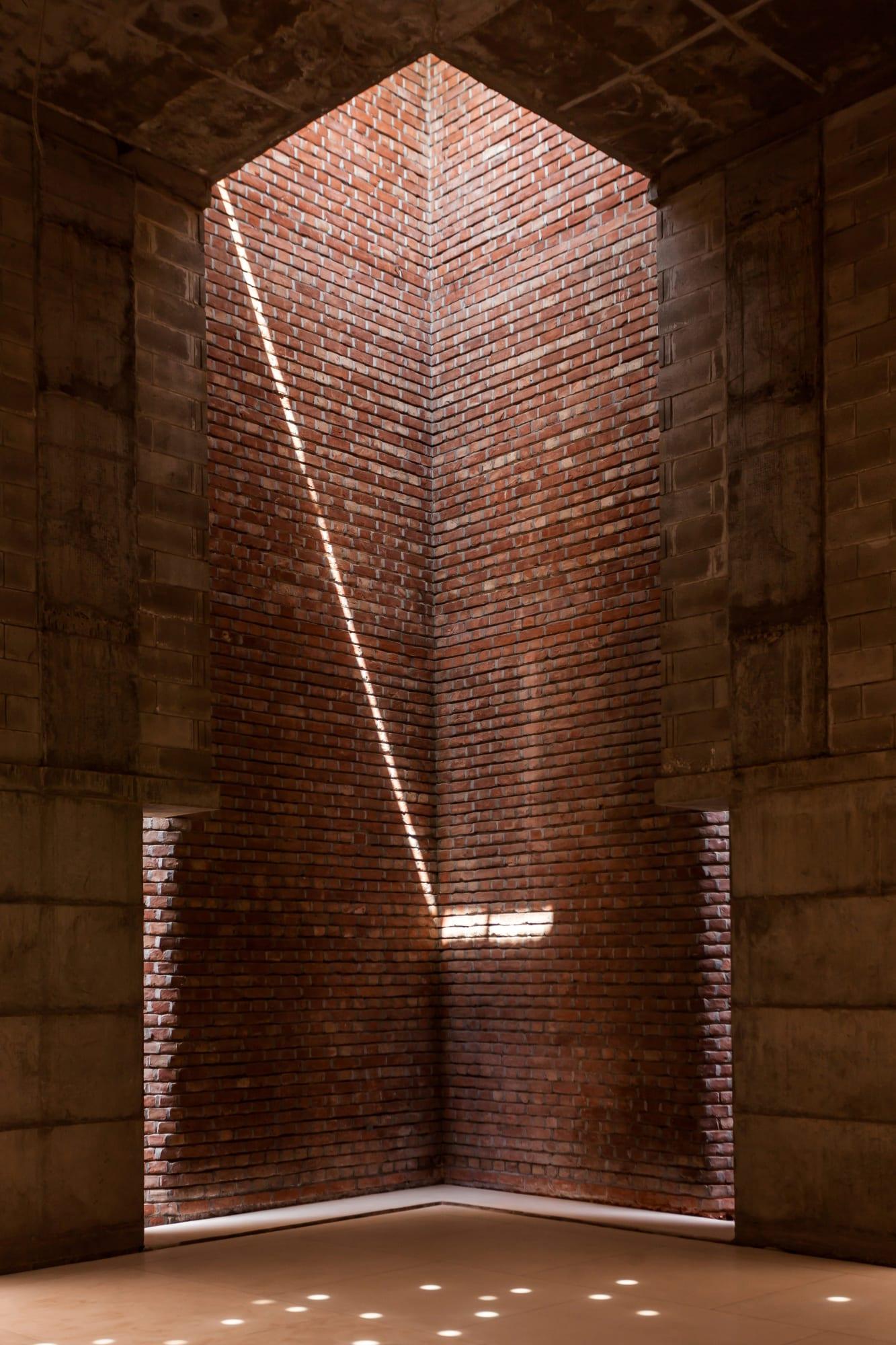 Detalhe de uma das entradas de luz da mesquita em Bangladesh projetada por Marina Tabassum.