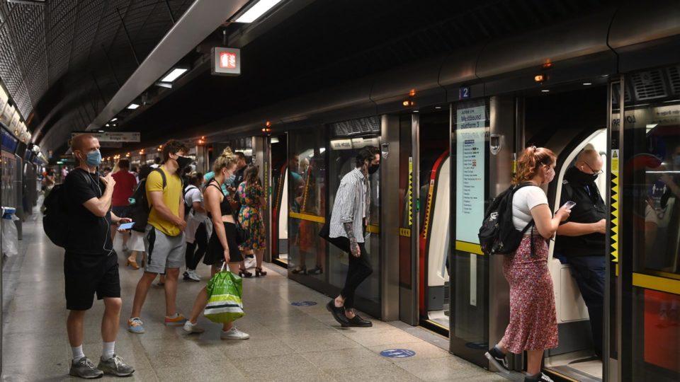 Passageiros no metrô de Londres, em 19 de julho de 2021