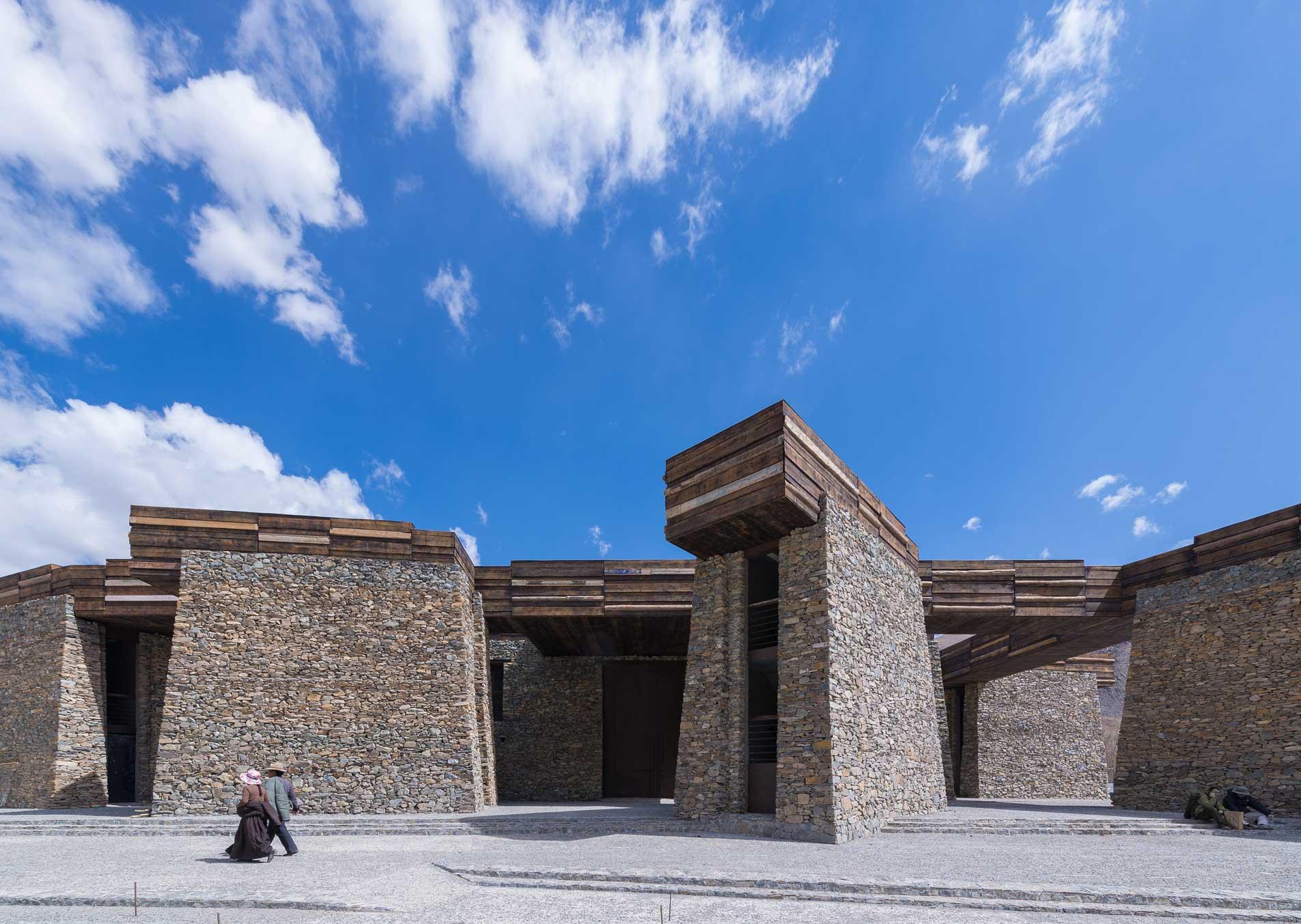 Jianamani Visitor Center é um importante local para os tibetanos, tanto turistas quanto residentes, e foi todo construído com pedras Mani.