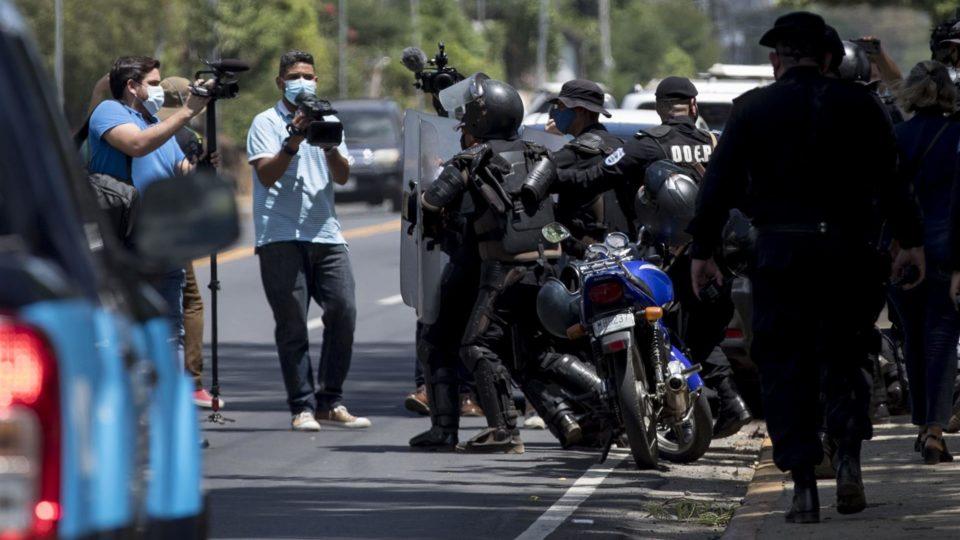 Polícia anti-choque faz um cordão de isolamento diante de jornalistas que cobriam a prisão de Cristiana Chamorro, pré-candidata à presidência da Nicarágua, em 2 de junho. Jornalistas críticos da ditadura estão na mira do regime de Ortega