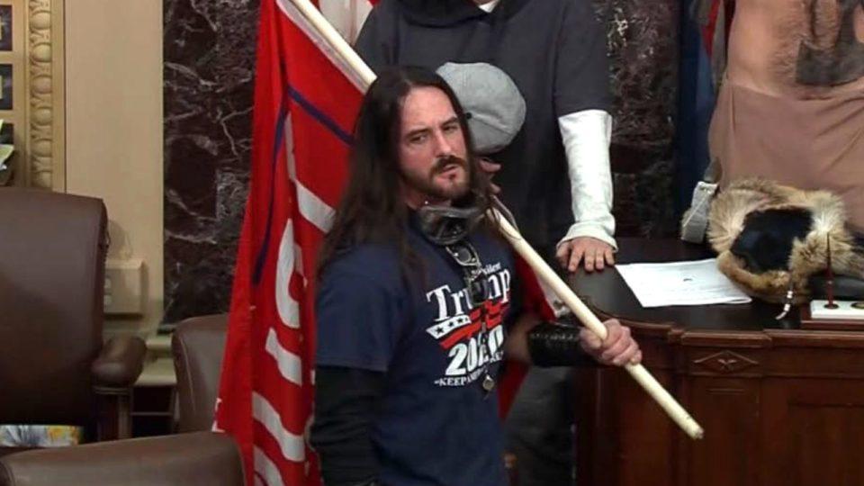 Paul Allard Hodgkins, em imagem de vídeo da Polícia do Capitólio dos EUA no dia dos tumultos, em 6 de janeiro