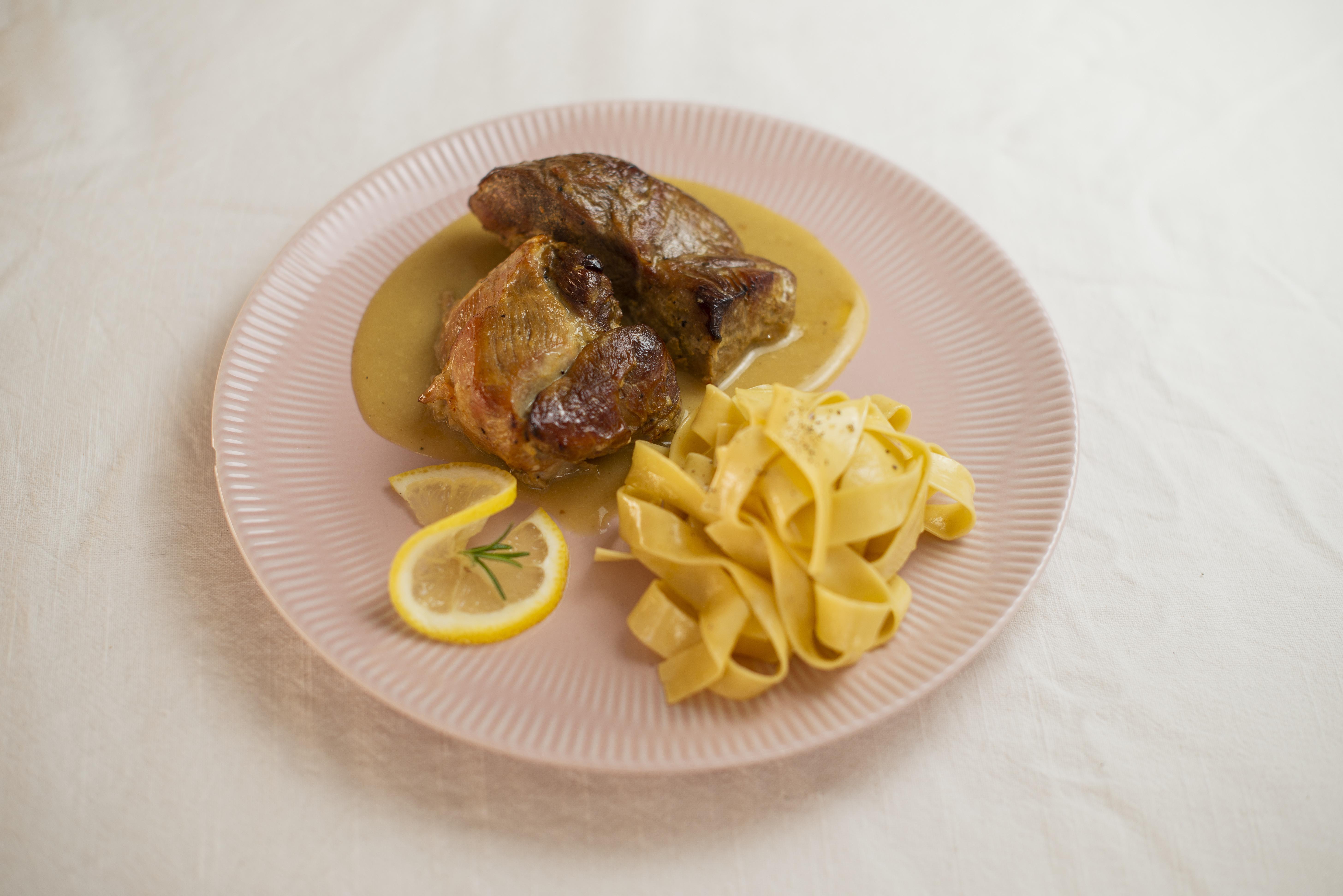 Paleta suína ao molho de vinho branco e laranja - uma das sugestões de prato principal.