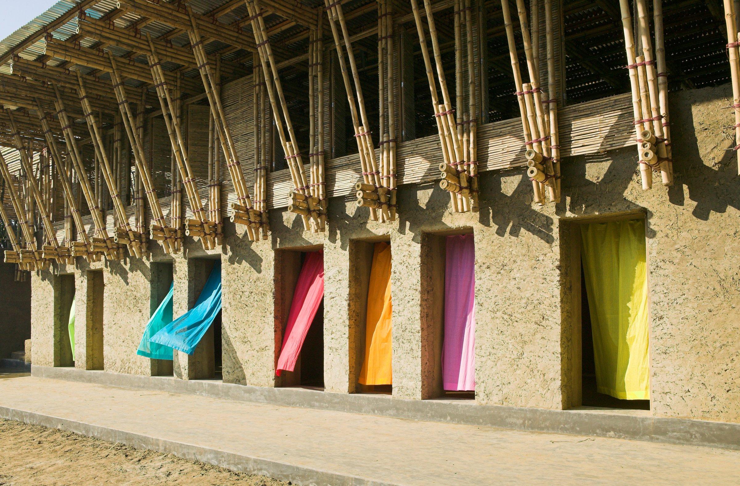 Escola foi erguida com terra e bambu como principais matérias-primas.