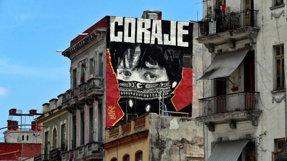 Grafitti em prédio de Havana, capital de Cuba, 20 de julho. Manifestantes cubanos estão sendo julgados sem direito ao devido processo, denuncia ONG