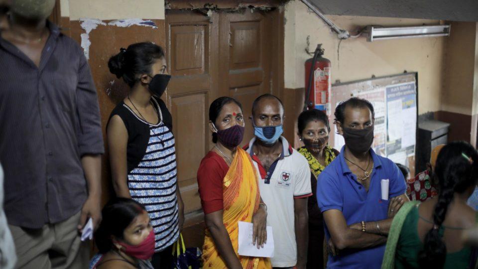 Trabalhadores do transporte e vendedores fazem fila para vacinação contra Covid-19 em Calcutá, na Índia, 20 de julho