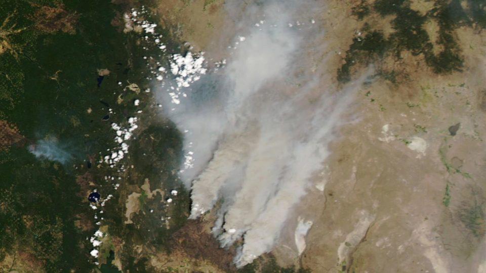 Imagem de satélite mostra fumaça do incêndio florestal Bootleg, no Oregon, EUA, 18 de julho