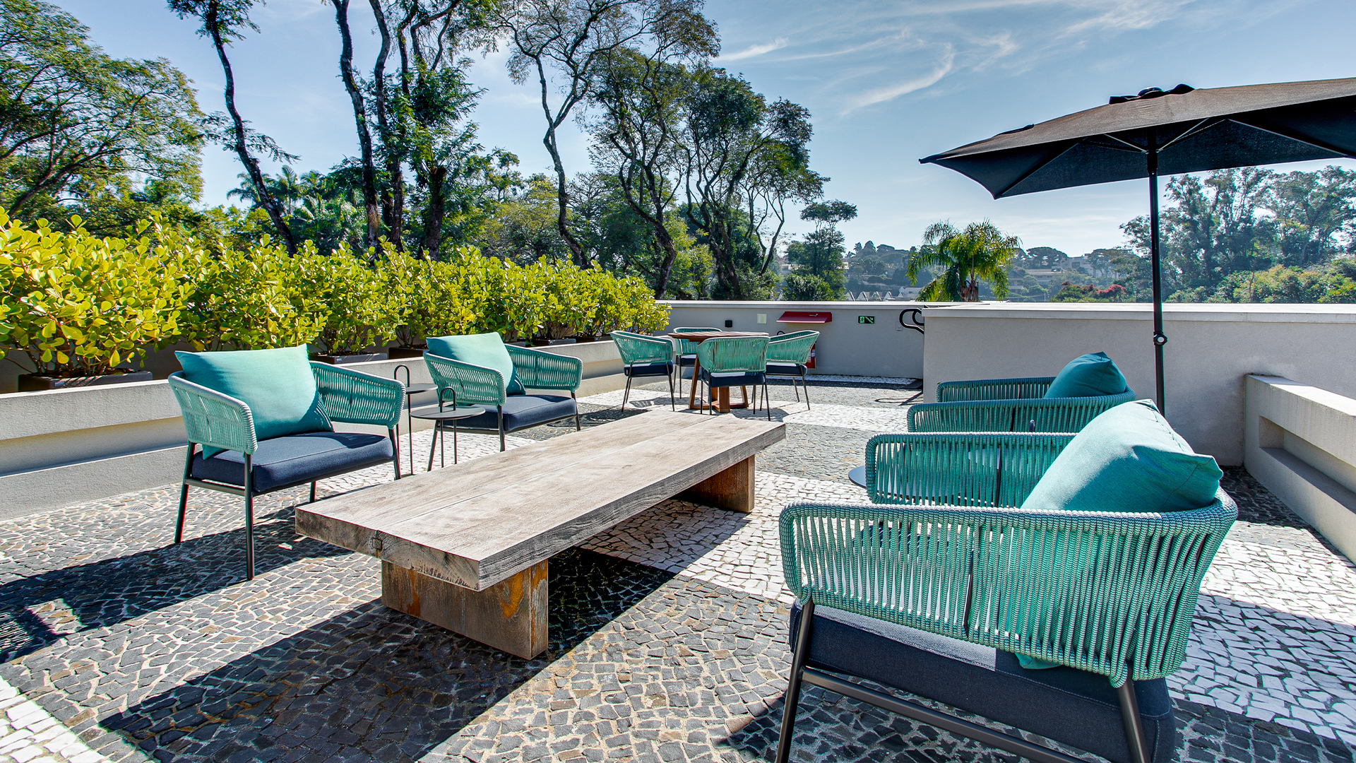 As poltronas Soul, da Saccaro, são usadas para compor um ambiente de descanso na área externa da Orquidária.
