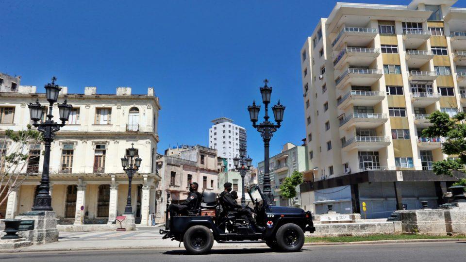 Vários policiais de uma brigada especial são transportados em veículo por uma rua em Havana (Cuba), em 21 de julho de 2021
