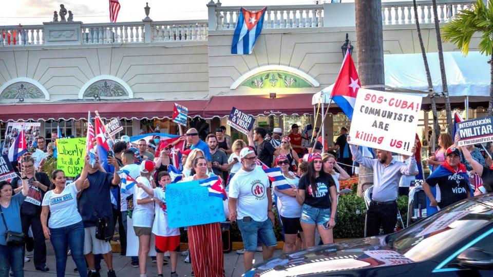 Cubanos-americanos participam de protesto em apoio aos manifestantes cubanos, em Miami (EUA), 21 de julho