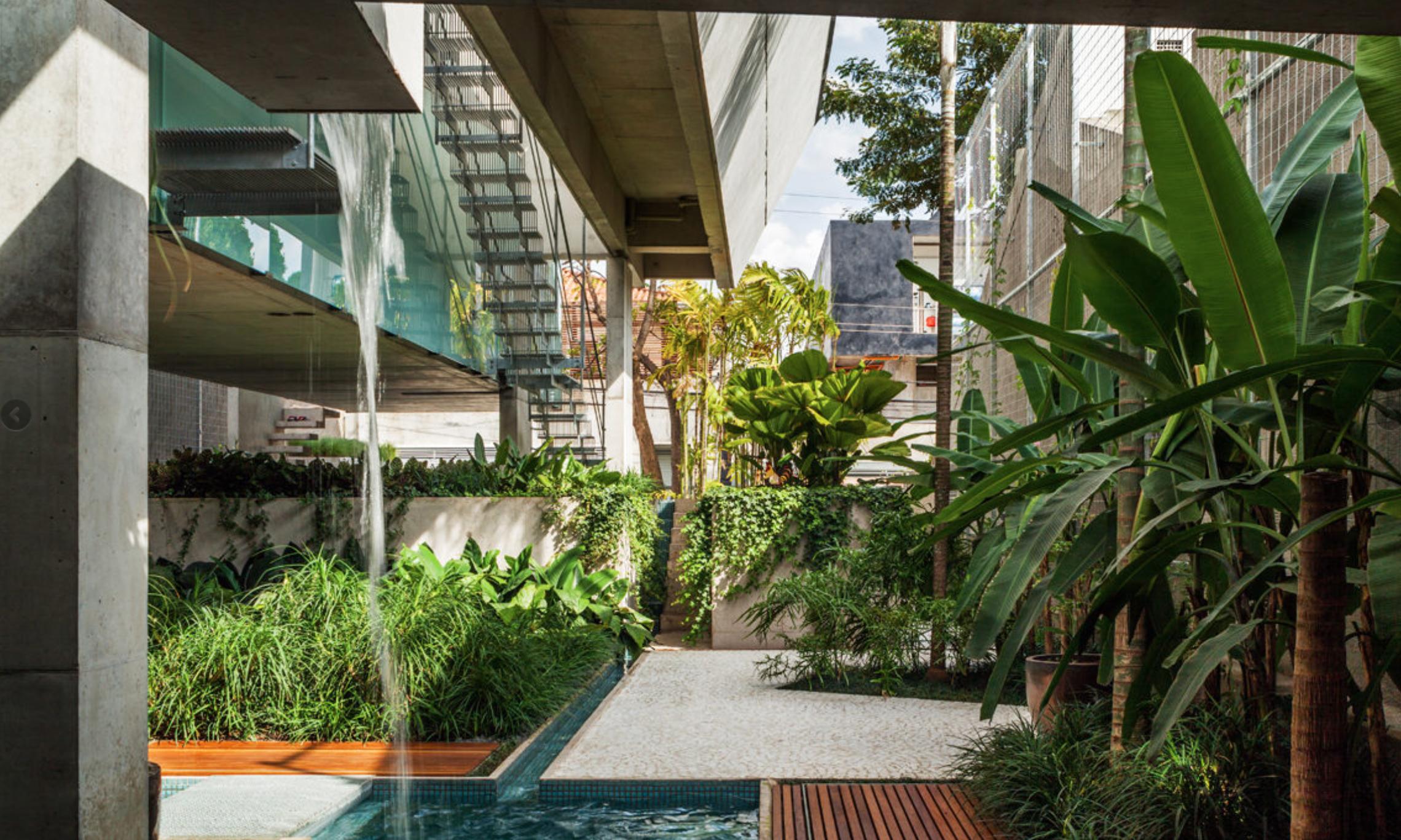 Casa de fim de semana, construída em 2014, com projeto do SPBR, que elevou a piscina para que a área recebesse sol o dia todo, uma vez que o terreno fica entre dois edifícios altos do centro de São Paulo.
