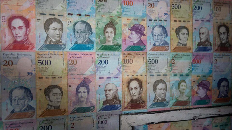 Cédulas emolduradas no estúdio do artista venezuelano Jeean Franco González, em Caracas, Venezuela, 8 de julho. Artistas encontram formas de dar valor ao bolívar como telas para pinturas