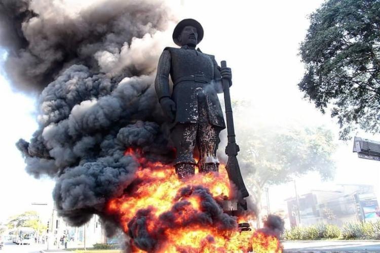 Estátua de Borba Gato incendiada em protestos no dia 24 de julho de 2021