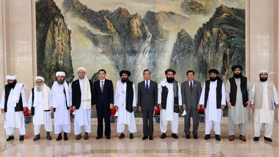 Representantes do grupo fundamentalista islâmico Talibã são recebidos pelo ministro de Relações Exteriores da China na cidade chinesa de Tianjin, 28 de julho
