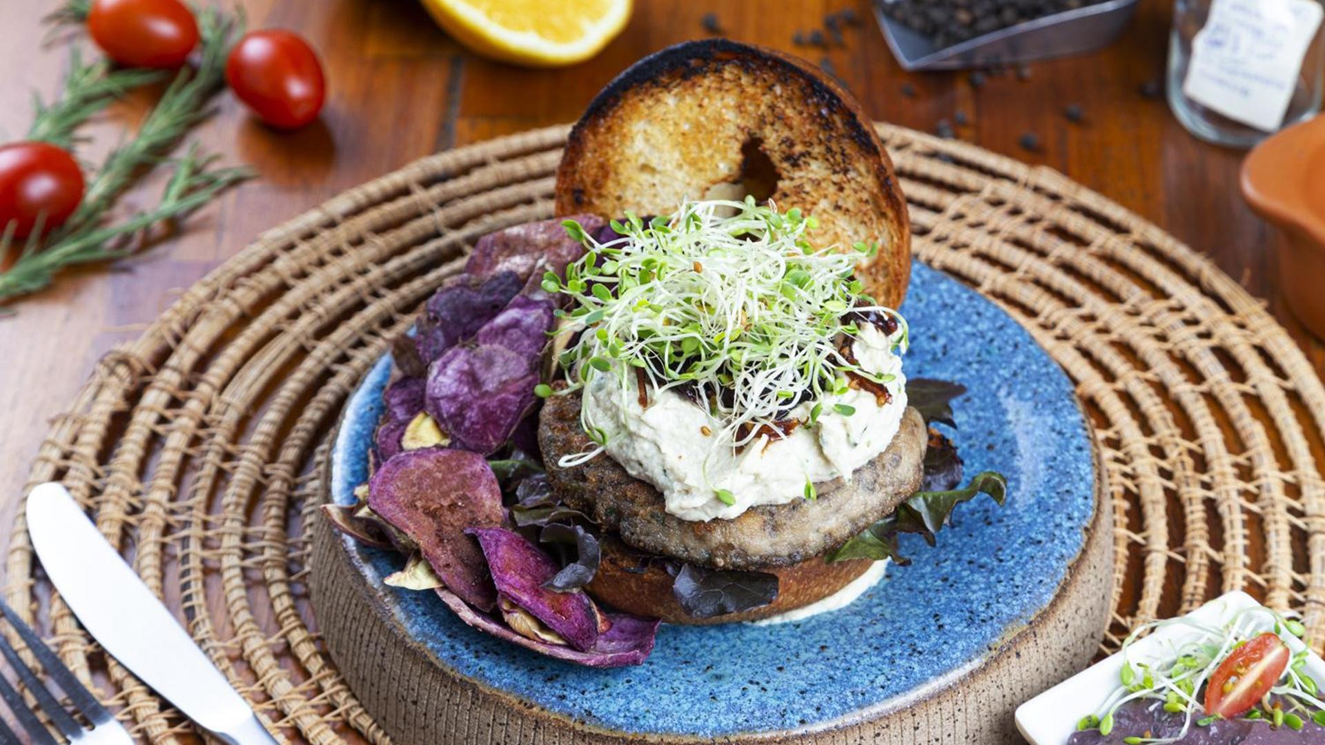 Hambúrguer de cogumelos do Aipo Superfoods mostra que plant-based tem as suas delícias.
