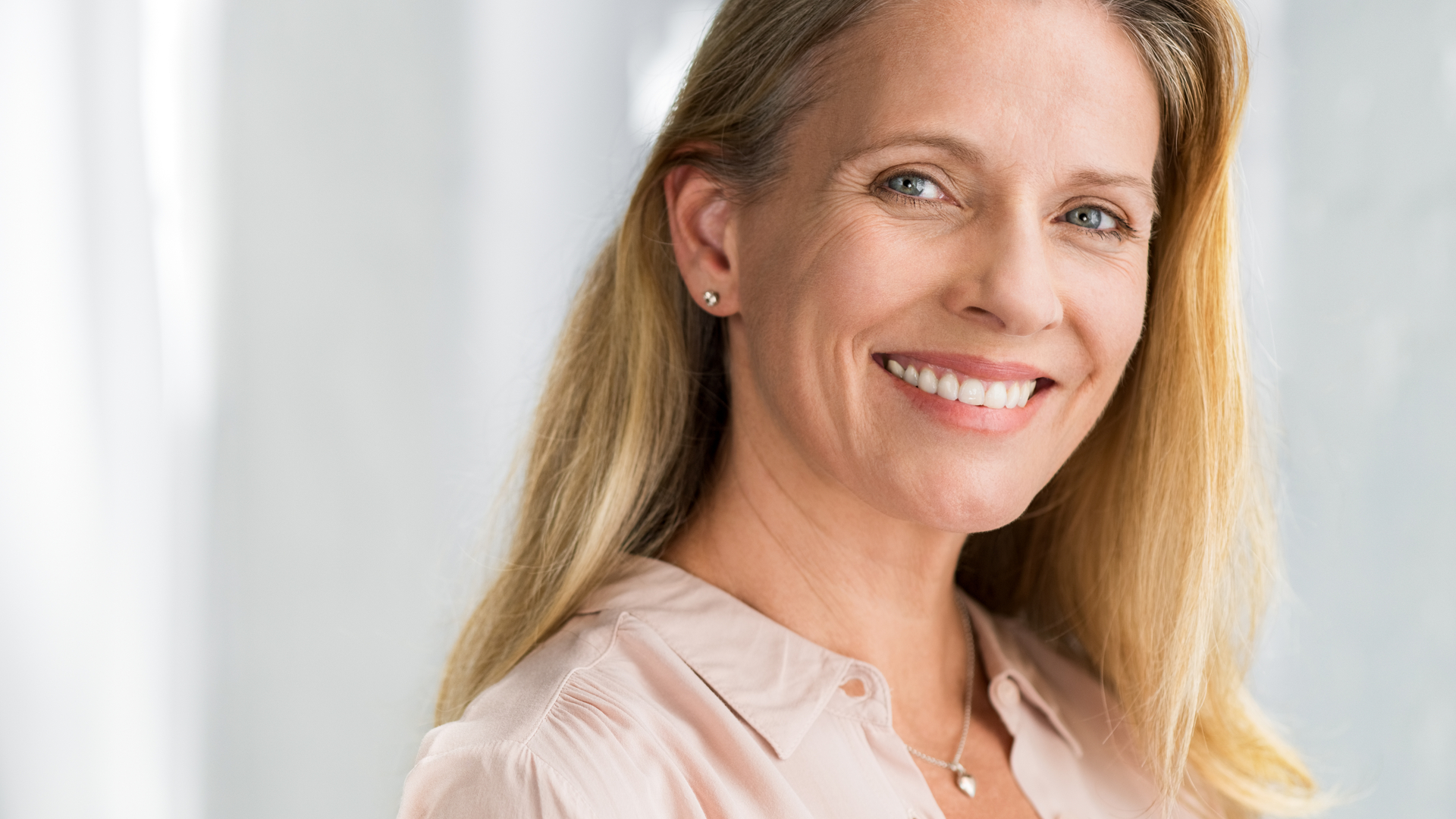 O resultado do tratamento com implante dentário e prótese fixa é um sorriso mais bonito, além de mais confiança para as atividades cotidianas