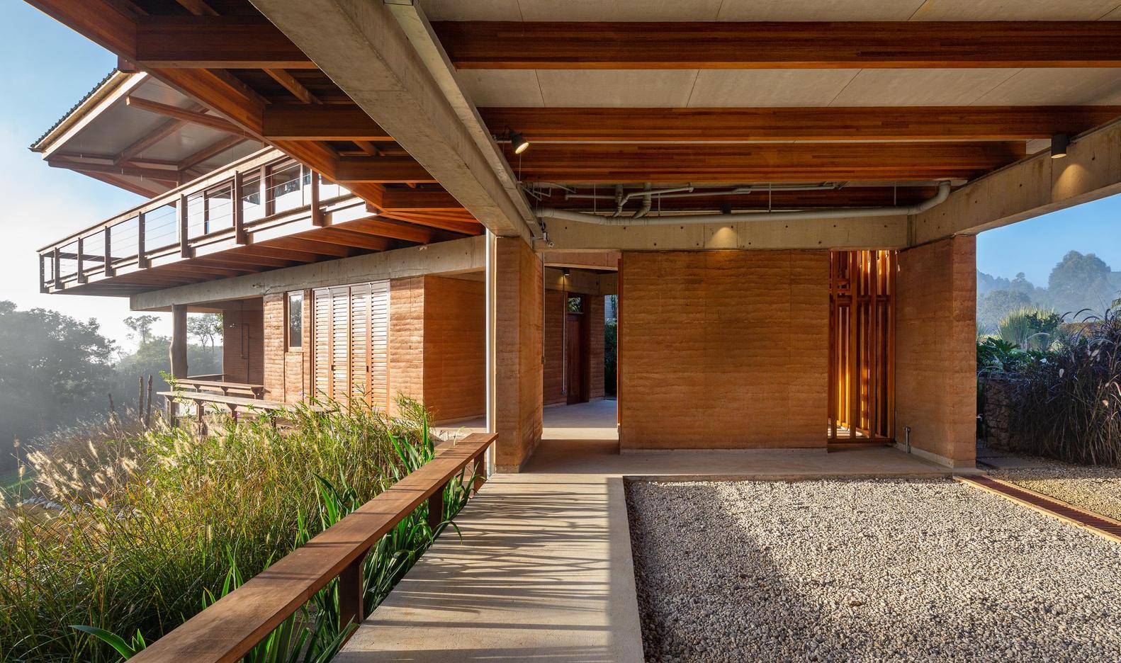 O projeto de Gui Paoliell usa a taipa de pilão feita a partir de terra e barro; material tem sido usado para construções inteligente e conscientes.