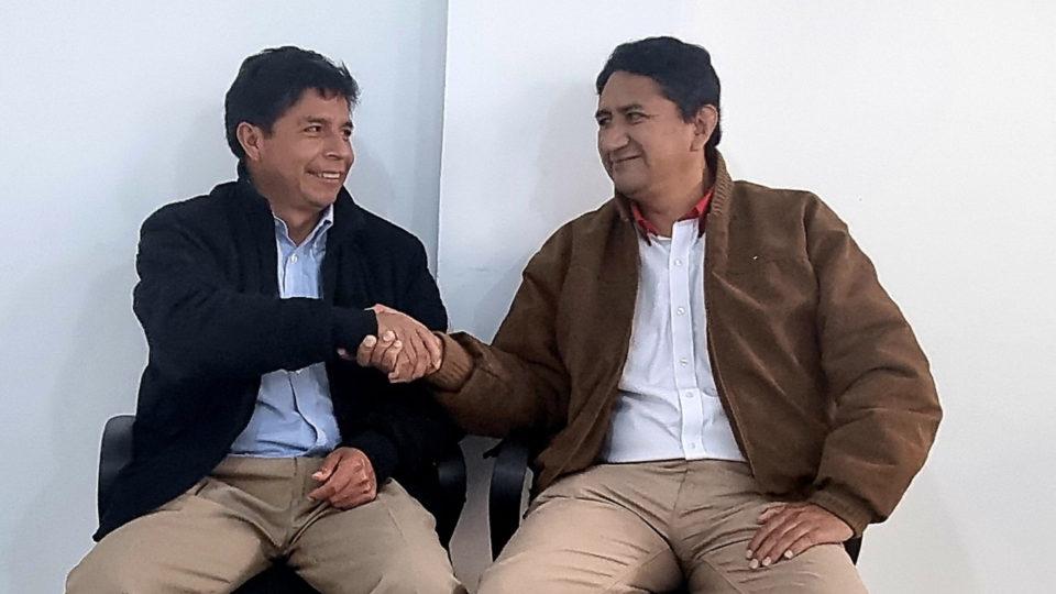 O presidente do Peru, Pedro Castillo (esq.), e Vladimir Cerrón, fundador do partido Peru Livre