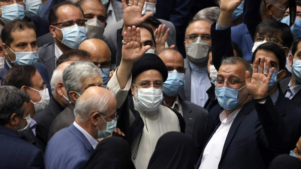 O presidente do Irã, Ebrahim Raisi (centro) cumprimenta convidados após tomar posse para um mandato de quatro anos na presidência do Irã, em Teerã, 5 de agosto