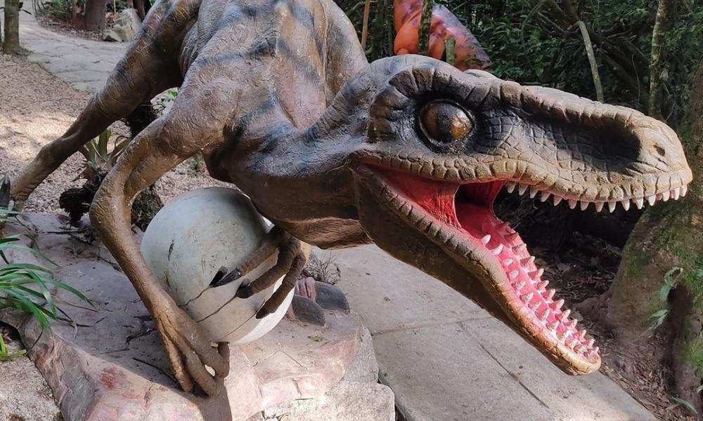 Dinossauros, bem como outras esculturas do mundo jurássico, podem ser visitadas no Parque dos Dinossauros.