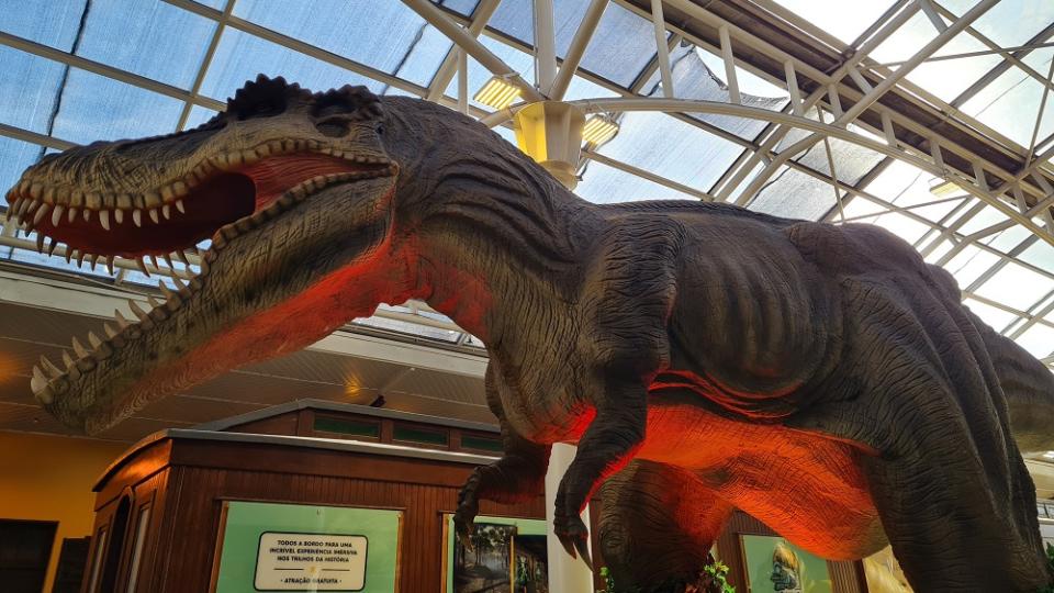 Há várias atrações com dinossauros em Curitiba, inclusive no Shopping Estação.