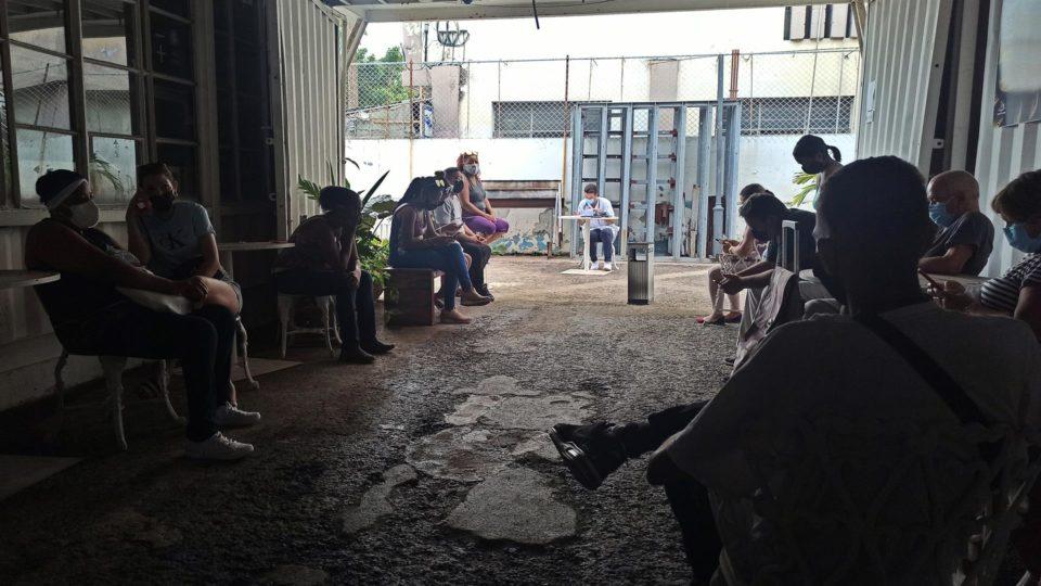 Pessoas esperam para receber a vacina Abdala contra a Covid-19 em centro de arte convertido em posto de vacinação em Hava, Cuba, 9 de julho
