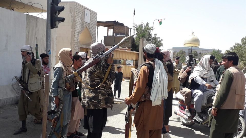 Militantes do Talibã em patrulha após a tomada de controle da residência do governador e da cidade de Ghazni, Afeganistão, 12 de agosto