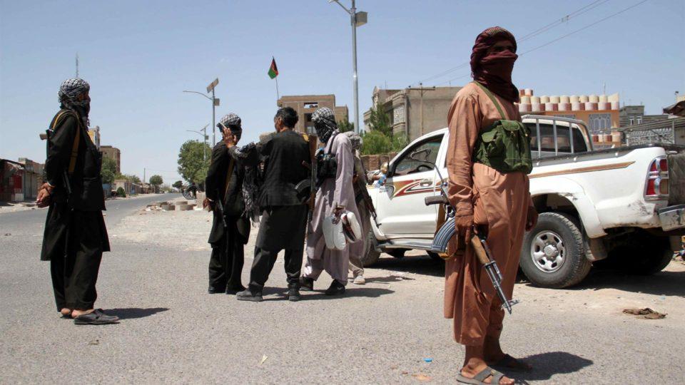 Milícia privada patrulha ruas de Herat, Afeganistão, após intensa batalha com militantes do Talibã em 6 de agosto