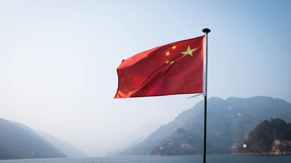 A bandeira da China decorada no barco de viagem na Barragem de Three Gorge. Imagem ilustrativa.