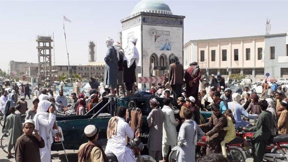 Militantes do Talibã se reúnem em praça central após tomar o controle de Kandahar, Afeganistão, 13 de agosto