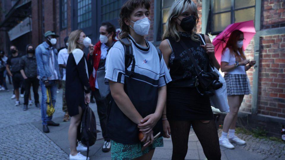 Pessoas esperam para serem imunizadas contra a Covid-19 em centro de vacinação em Berlim, em evento com DJs e atmosfera festiva para atrair os mais jovens, 9 de agosto