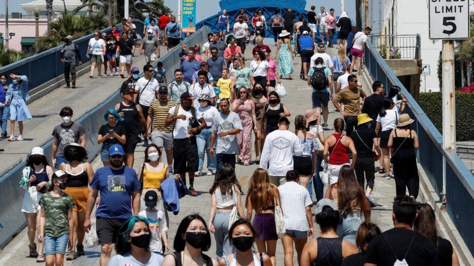 Pessoas caminham no Santa Monica Pier em Los Angeles, Califórnia (EUA), 12 de agosto