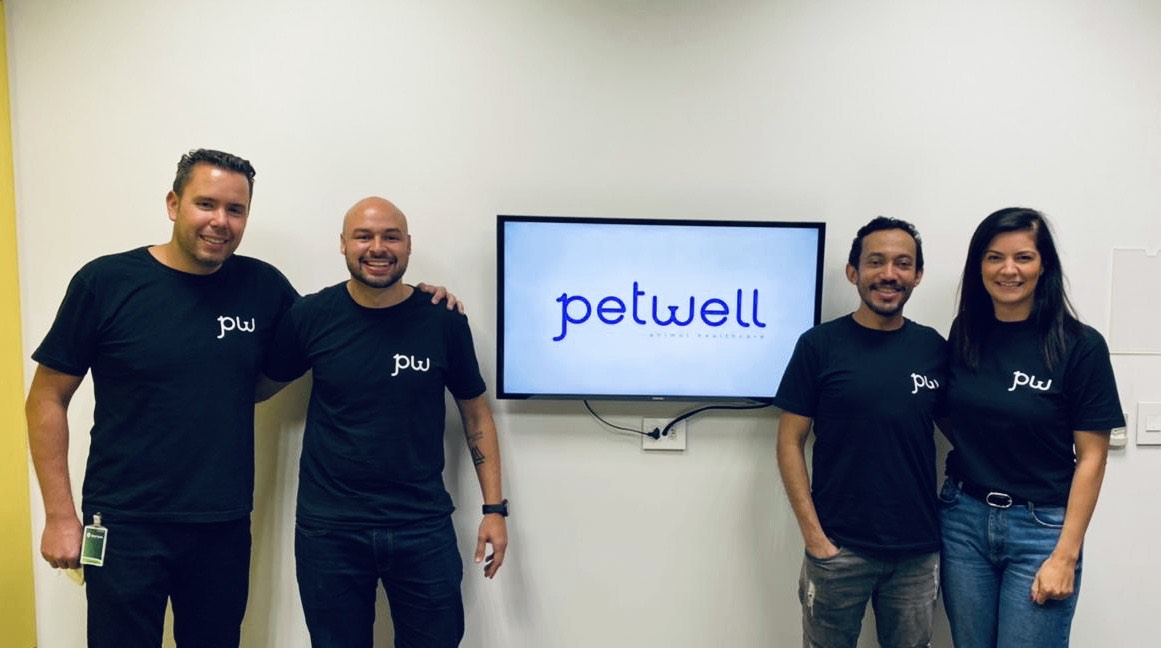 Da esquerda para a direita: Alexandre Berger (Founder), Carlos Eduardo Batista (COO), Vald Fernandes (CTO) e Ana Luísa Seleme (Founder), todos da Petwell.