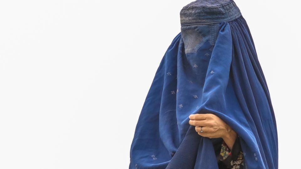 Uma mulher com uma burca é vista em um campo de refugiados em Cabul, Afeganistão.