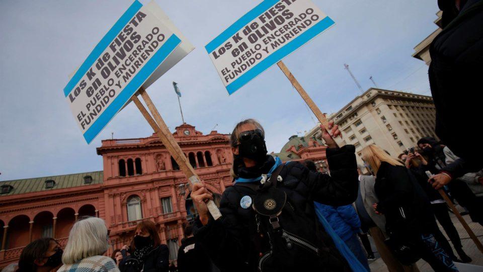 Manifestantes protestam contra a gestão da pandemia pelo governo Alberto Fernández, em frente à Casa Rosada, Buenos Aires, Argentina, 16 de agosto