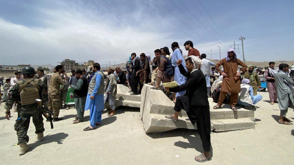 Forças afegãs fazem segurança enquanto pessoas se reúnem em frente ao Aeroporto Internacional Hamid Karzai para fugir do país, depois que o Talibã assumiu o controle de Cabul, no Afeganistão, em 17 de agosto de 2021