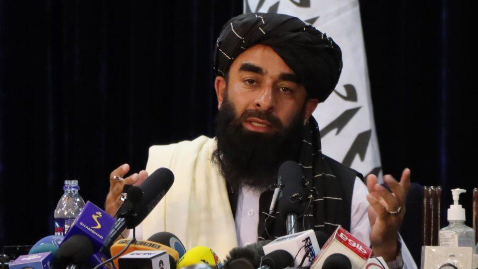 Zabihullah Mujahid, porta-voz do Taleban fala com jornalistas durante uma coletiva de imprensa em Cabul, Afeganistão, em 17 de agosto de 2021.
