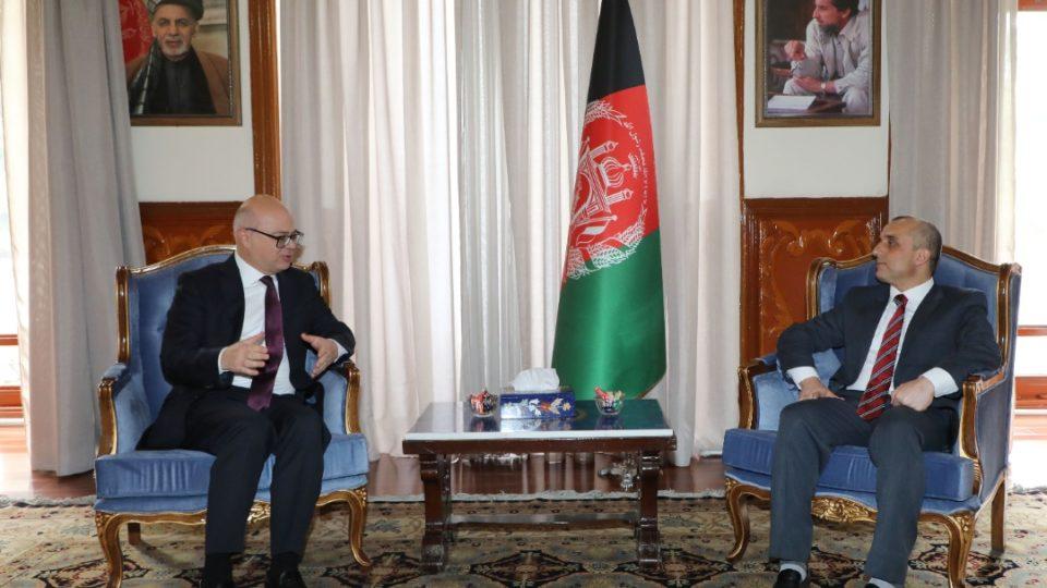 O vice-presidente do Afeganistão, Amrullah Saleh (dir.), em reunião com o embaixador da Turquia em Cabul, em maio de 2021