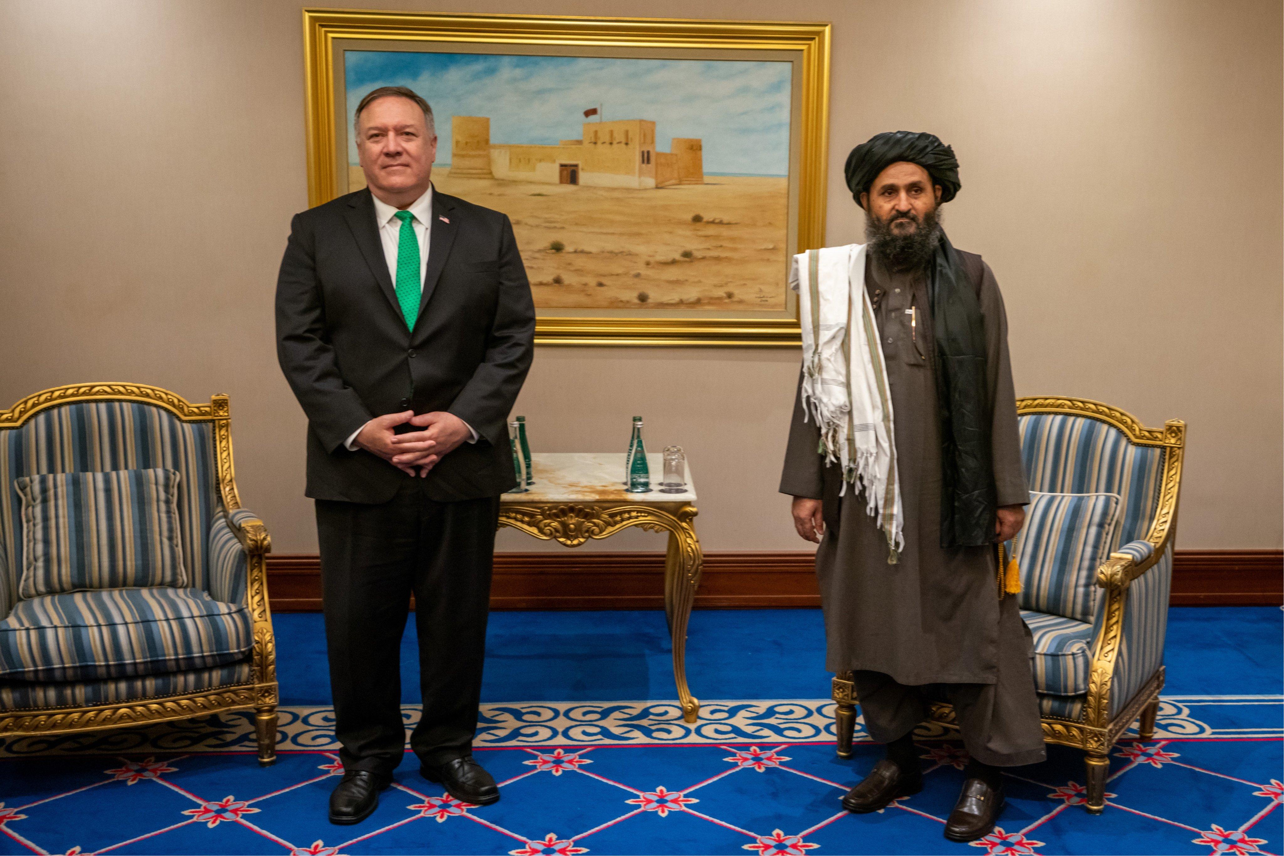 O então secretário de Estado dos EUA, Mike Pompeo, em encontro com o líder político do Talibã, Abdul Ghani Baradar, antes da negociações de paz no Afeganistão. Em Doha, Qatar, setembro de 2020