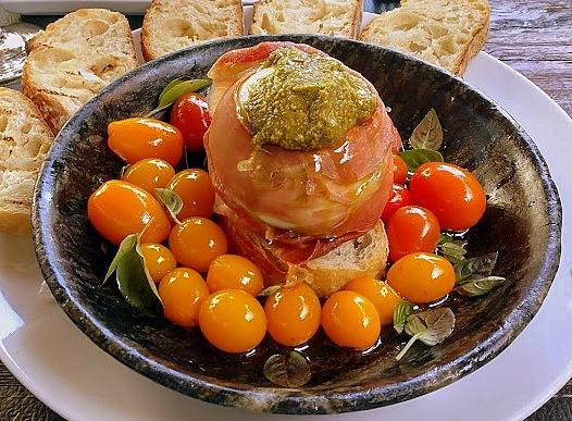 Uma saborosa sugestão de entrada na OX: Burrata, com jamón, tomates-cereja coloridos confitados e pesto de manjericão.