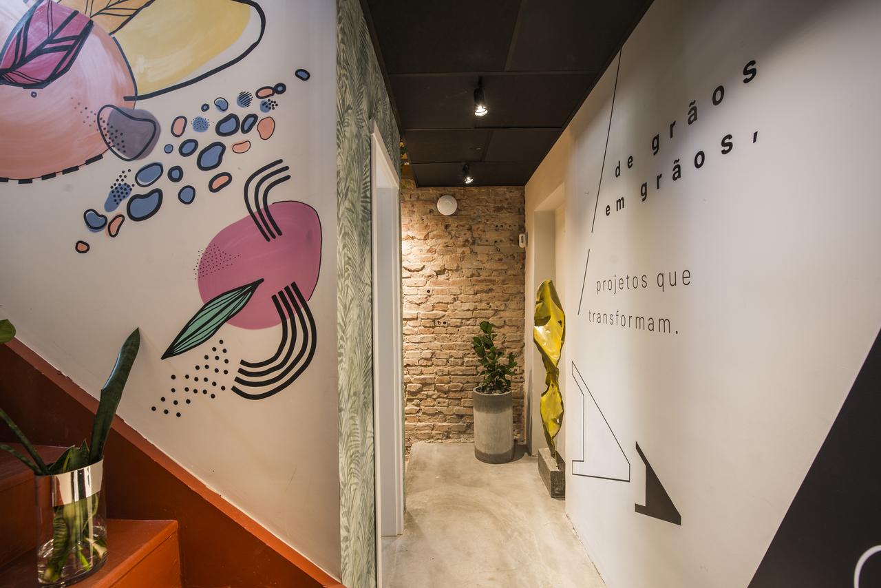 Hall de entrada do Sacas, que mistura a identidade industrial com toques de brasilidade.