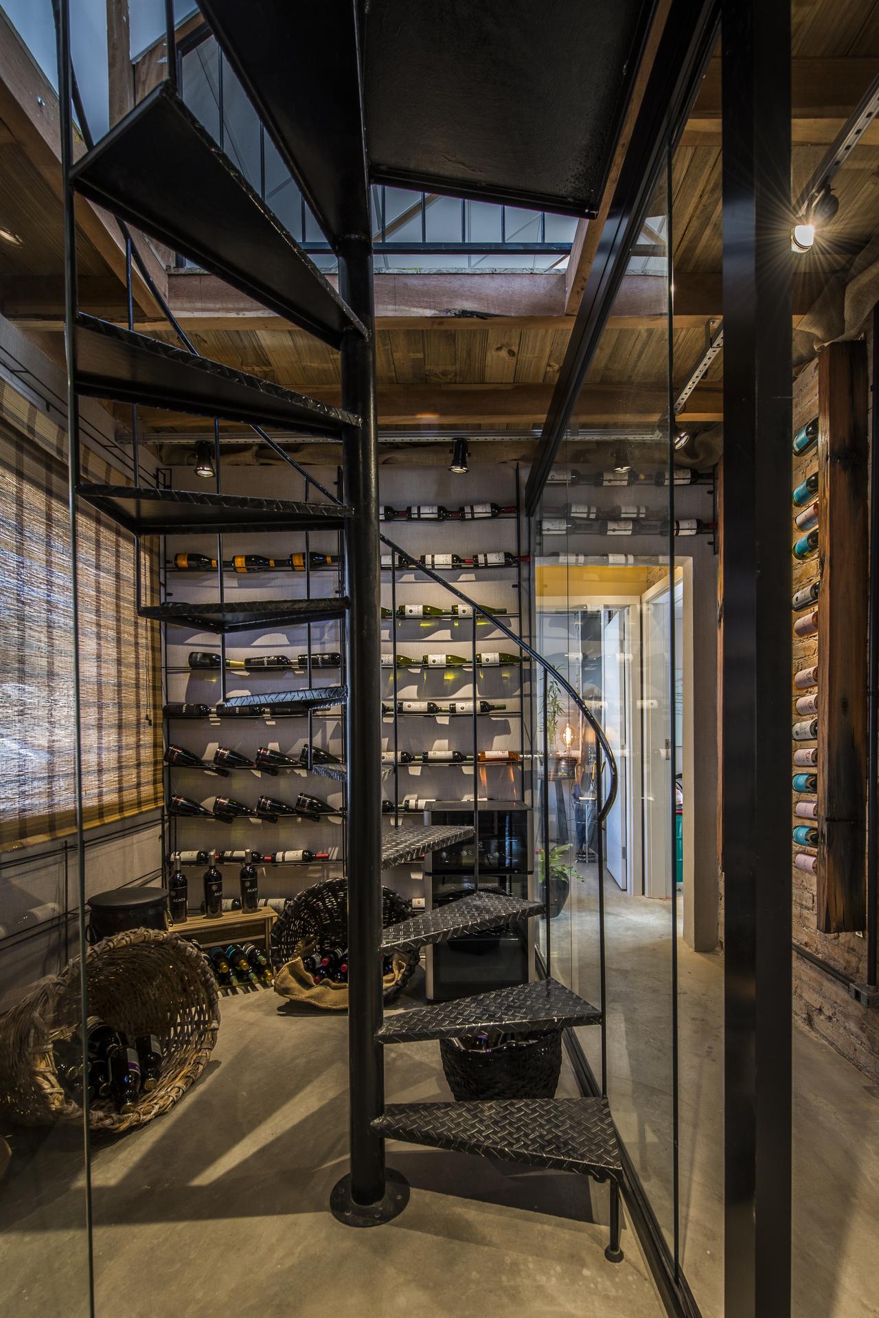 A adega também é o local de acesso para o sótão, onde fica o escritório Givago Ferentz Arquitetos.