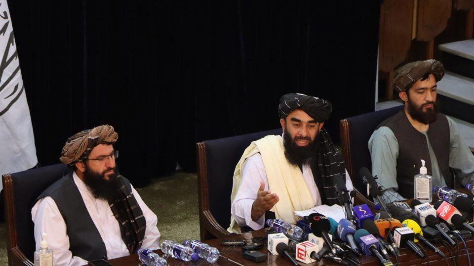 Porta-voz do Talibã, Zabihullah Mujahid, fala com jornalistas em coletiva de imprensa em Cabul, Afeganistão, 17 de agosto