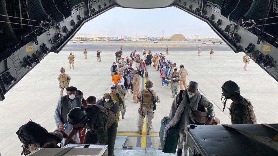 Um primeiro grupo de espanhóis e colaboradores afegãos embarca em avião A400 das forças armadas da Espanha, que chegou nesta quarta a Cabul e decolou do aeroporto da capital afegã rumo a Dubai, Emirados Árabes Unidos, 18 de agosto