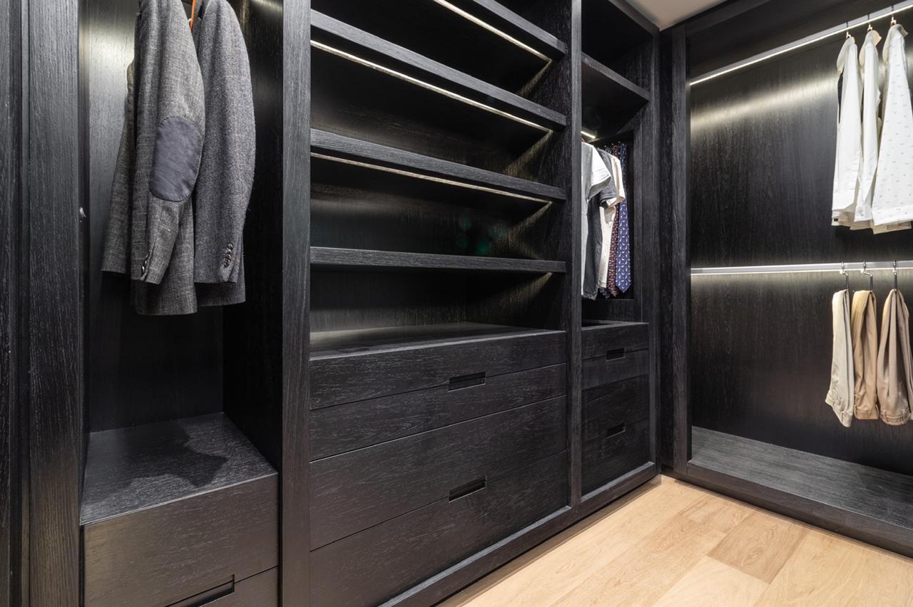 Detalhe do closet da suíte escura.