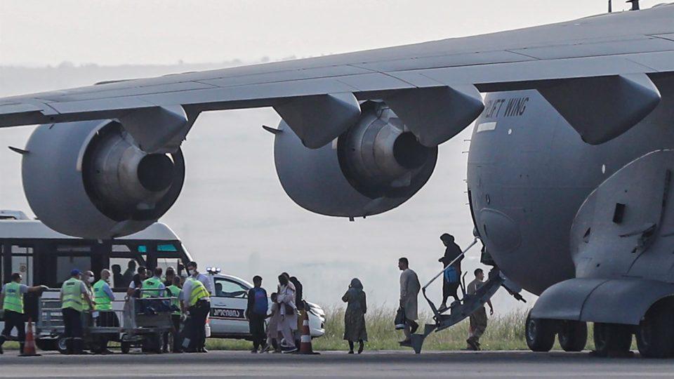 Pessoas deixam avião C-17 da Otan que trouxe de Cabul, Afeganistão, 35 holandeses, 16 belgas, 2 alemães e um britânico ao aeroporto de Tblisi, Geórgia, 18 de agosto