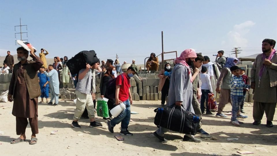 População tenta fugir do Afeganistão
