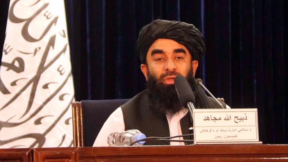 O porta-voz do Talibã, Zabiullah Mujahid, fala com jornalistas durante uma coletiva de imprensa, em Cabul, Afeganistão, 24 de agosto de 2021.