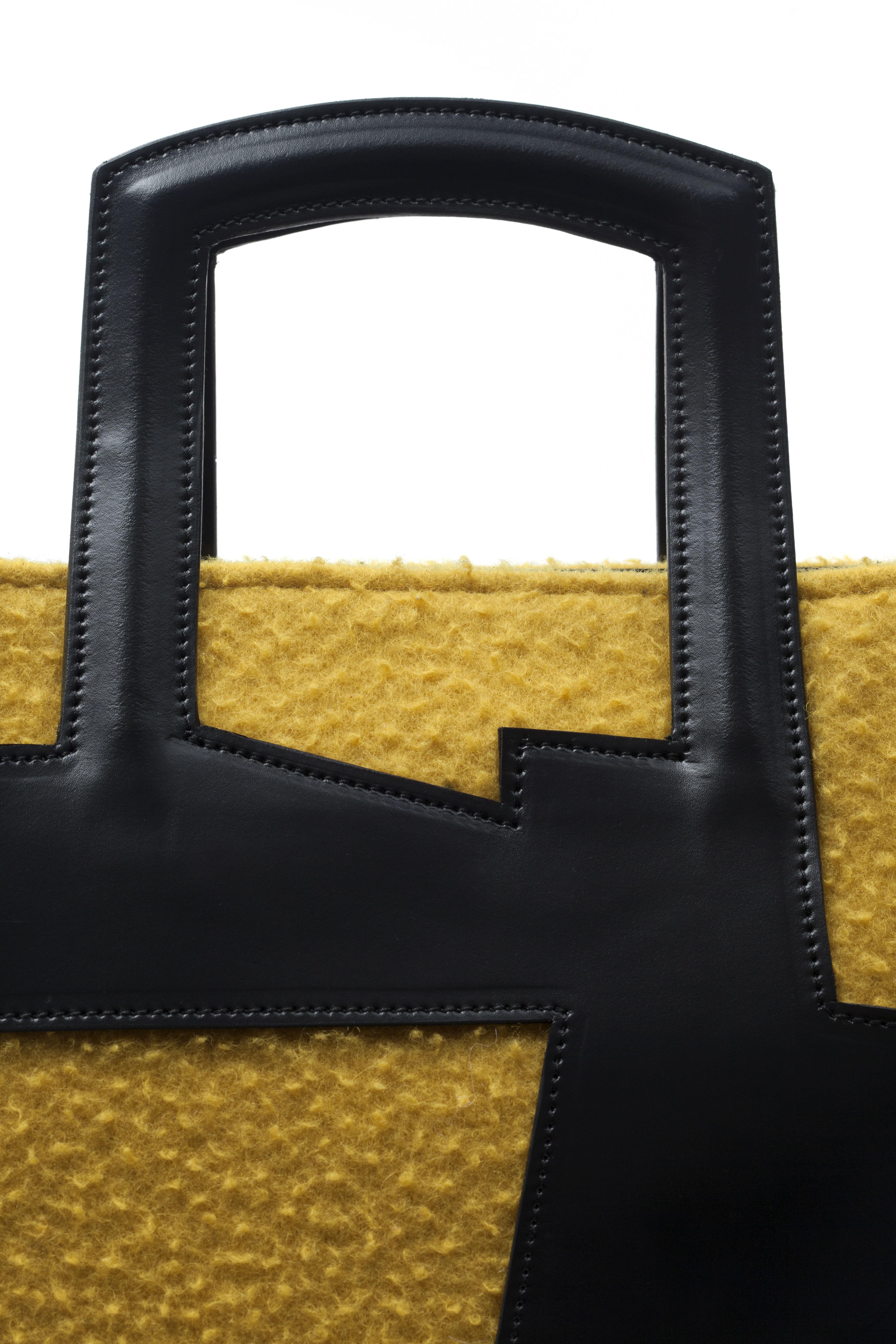 Detalhe do acabamento e da costura da bolsa Raízes, feita completamente à mão.