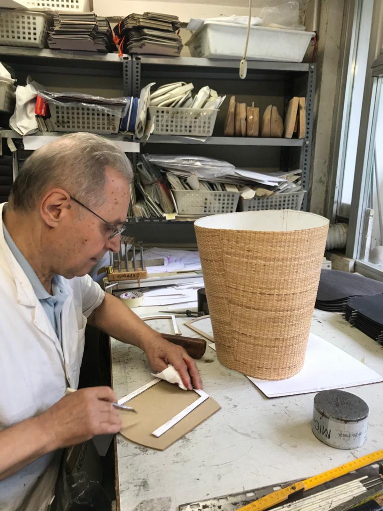 O renomado artesão italiano Giuliano Girali, em Parma, durante confecção das bolsas.